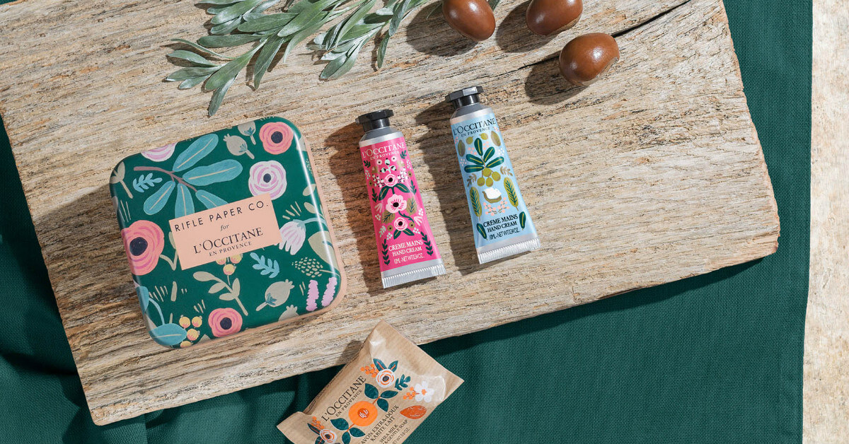 L'OCCITANE暢銷經典的「乳油木保養系列」換上花朵新衣,可愛的手繪風格,好似春天提前報到!