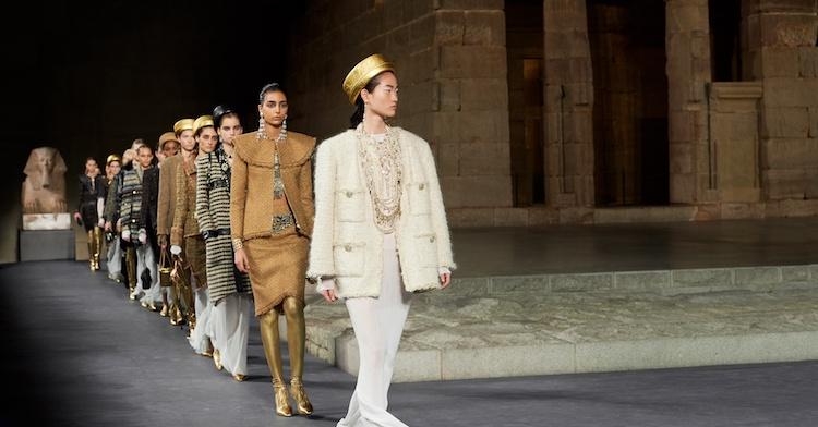 菲董走上伸展台!Chanel將古埃及神話化為時髦的裝扮