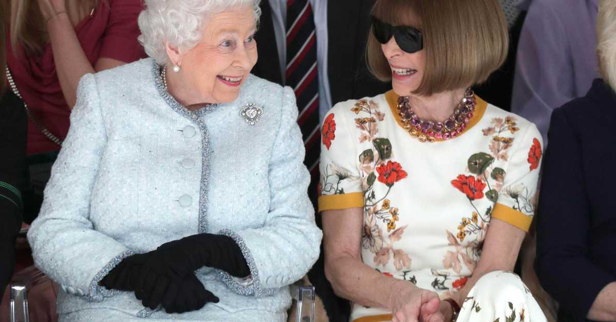 英國女王倫敦時裝周初體驗!與「時尚女魔頭」安娜溫圖並肩看秀笑開懷