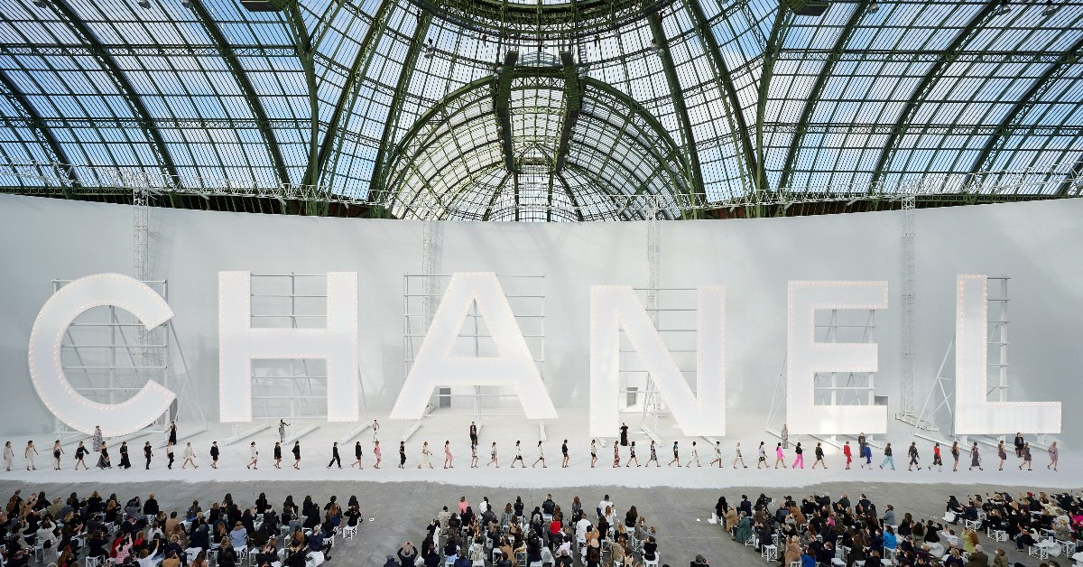 Chanel 2021春夏大秀把「好萊塢」搬到巴黎大皇宮!大看板、迷你包...5大亮點一次看