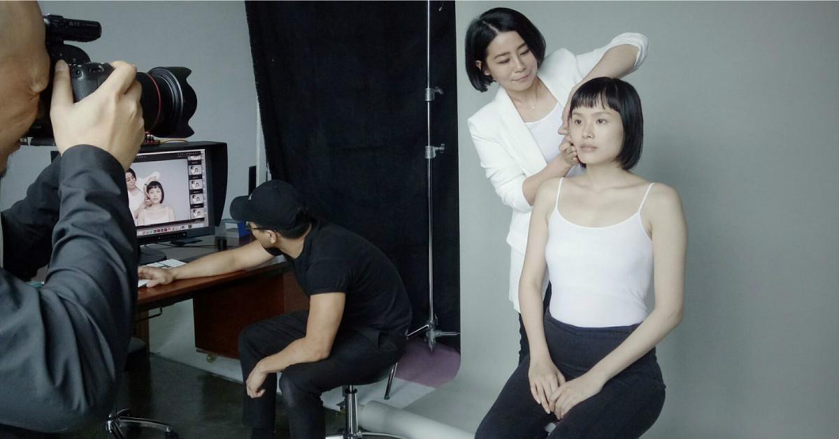 蔡依林御用彩妝師教你底妝這樣畫!簡淑玲:「用它取代氣墊粉撲,妝容更透更亮!」