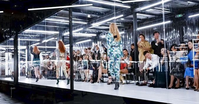 古裝水袖也能這麼時髦?Louis Vuitton 結合古典與未來,在羅浮宮為時裝周劃下句點