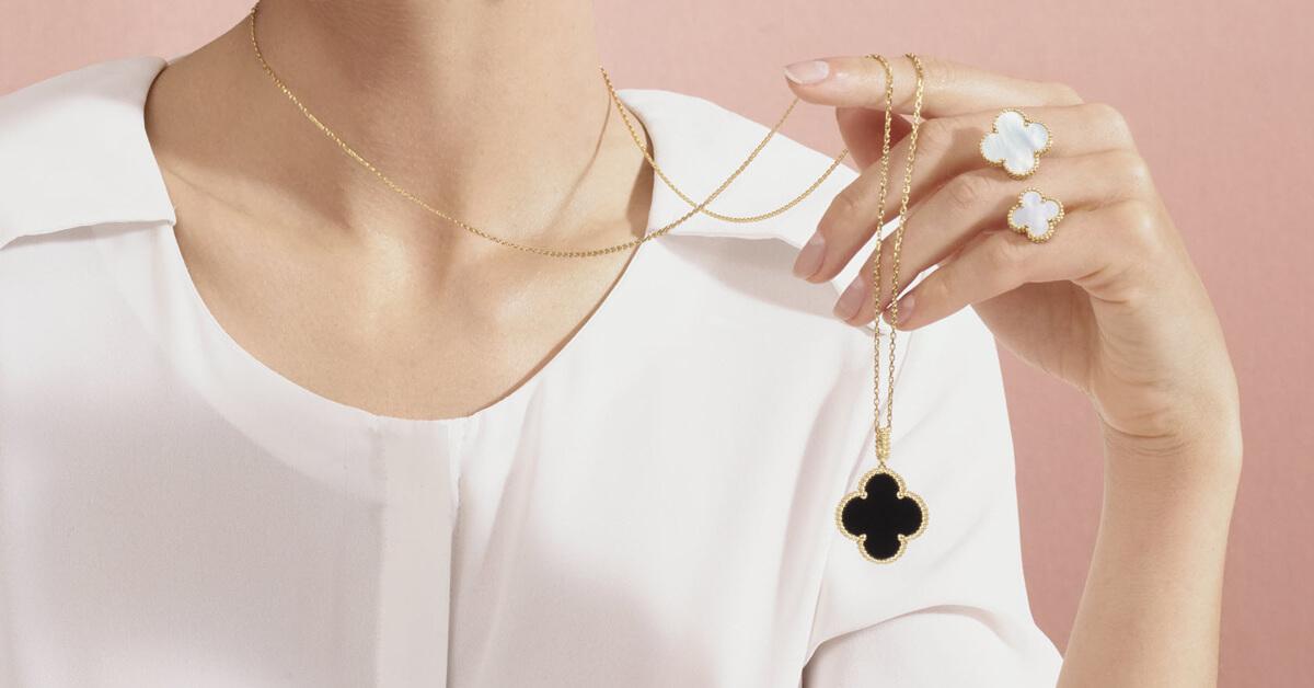 最正宗的幸運草珠寶!女孩們都很愛的梵克雅寶「Alhambra」四葉草珠寶,期望能在新的一年為自己招來幸運及幸福!
