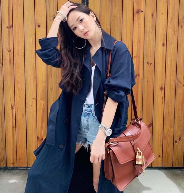 名媛孫芸芸則以長版風衣詮釋「Aby」鎖頭包的都會時尚。