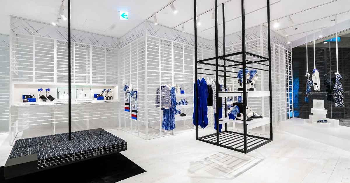 (2) 信義新光A9香奈兒限時概念店獨步全球曝光,從裡到外的裝設,有別於一般百貨中的品牌專賣店。