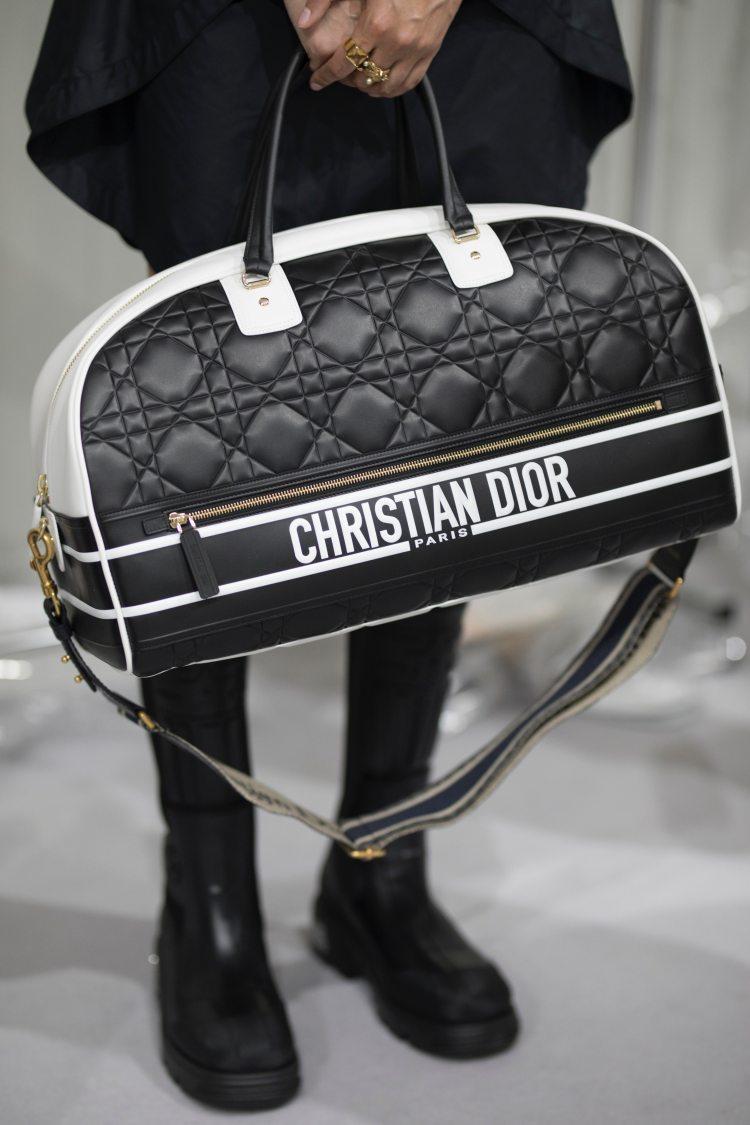 Dior 2022早春10大重點!AirPods耳環3C女孩準備搶,壓軸「天鵝裝」原來暗藏玄機-7