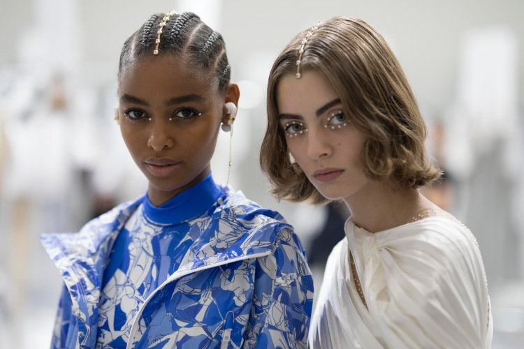 Dior 2022早春10大重點!AirPods耳環3C女孩準備搶,壓軸「天鵝裝」原來暗藏玄機-6