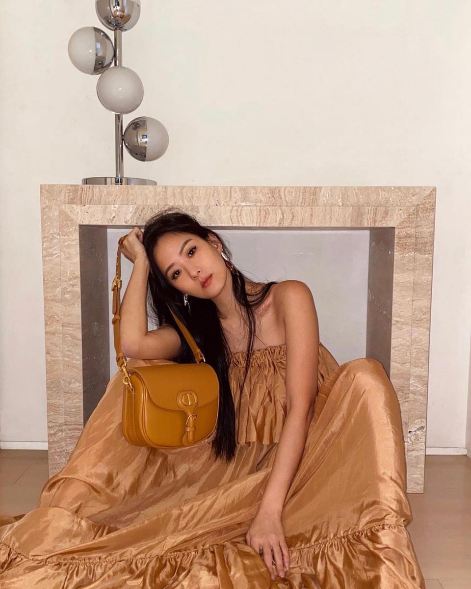 孫芸芸大地色穿搭靠5款包包!Gucci 、Prada、Burberry....Dior「Bobby」後勢持續看好-3