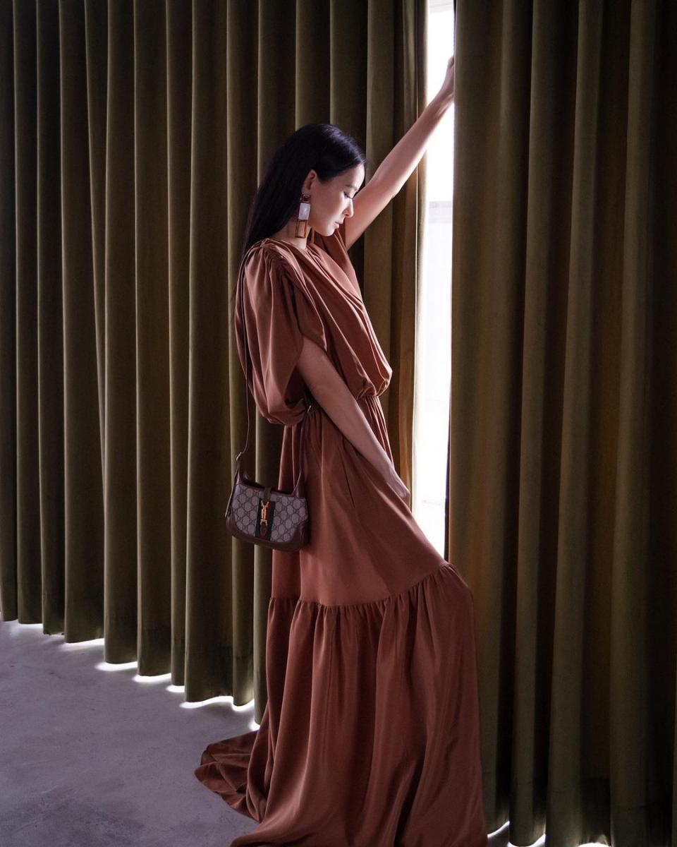 孫芸芸大地色穿搭靠5款包包!Gucci 、Prada、Burberry....Dior「Bobby」後勢持續看好-1
