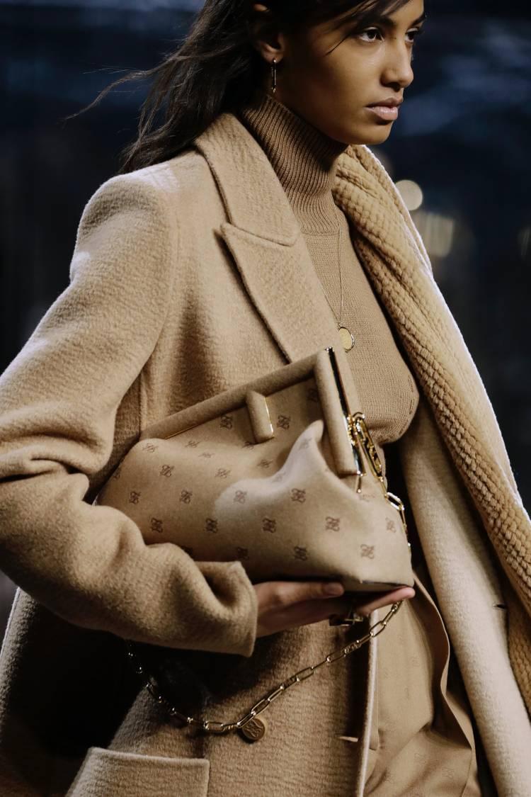 2021秋冬Fendi包包最推「First」!可手拿或肩背,超大F logo搭配粗鏈帶, 編輯、買家滿分看好!-0