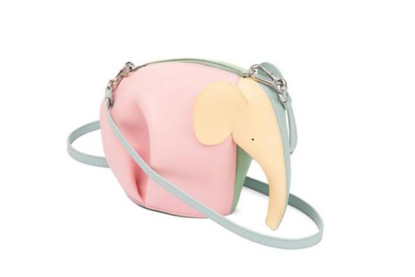 《你是我的榮耀》迪麗熱巴穿搭行頭一次看!女神搶揹Loewe兔子包賣萌,大象、熊貓⋯ 讓你擁有一座時尚動物園-1