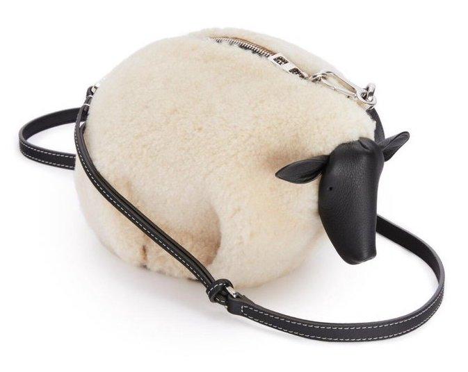 《你是我的榮耀》迪麗熱巴穿搭行頭一次看!女神搶揹Loewe兔子包賣萌,大象、熊貓⋯ 讓你擁有一座時尚動物園-4