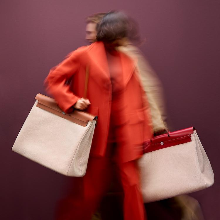 《海岸村恰恰恰》申敏兒靠這款「桃花包」迷倒金宣虎!Hermès的「Herbag」太吸睛,下一個精品包就買它-0