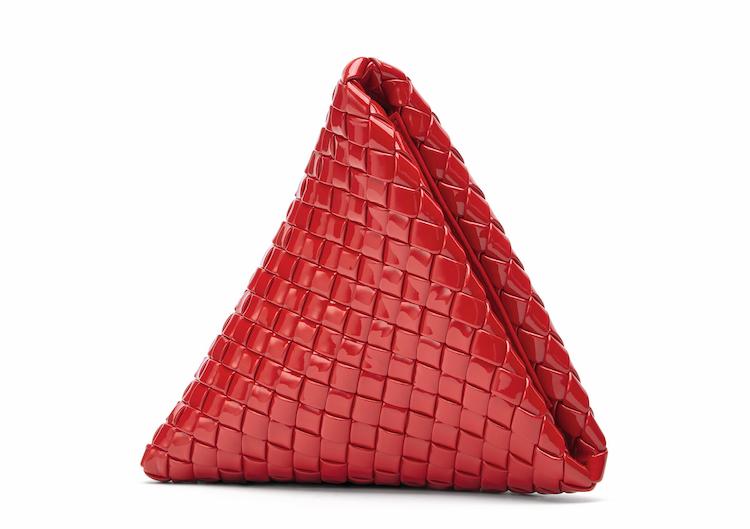 BV「編織包」再出招!三角形、立體雕塑全都美翻!這款「串珠手拿包」突破60萬售價,收藏價值根本直逼愛馬仕啊!-3