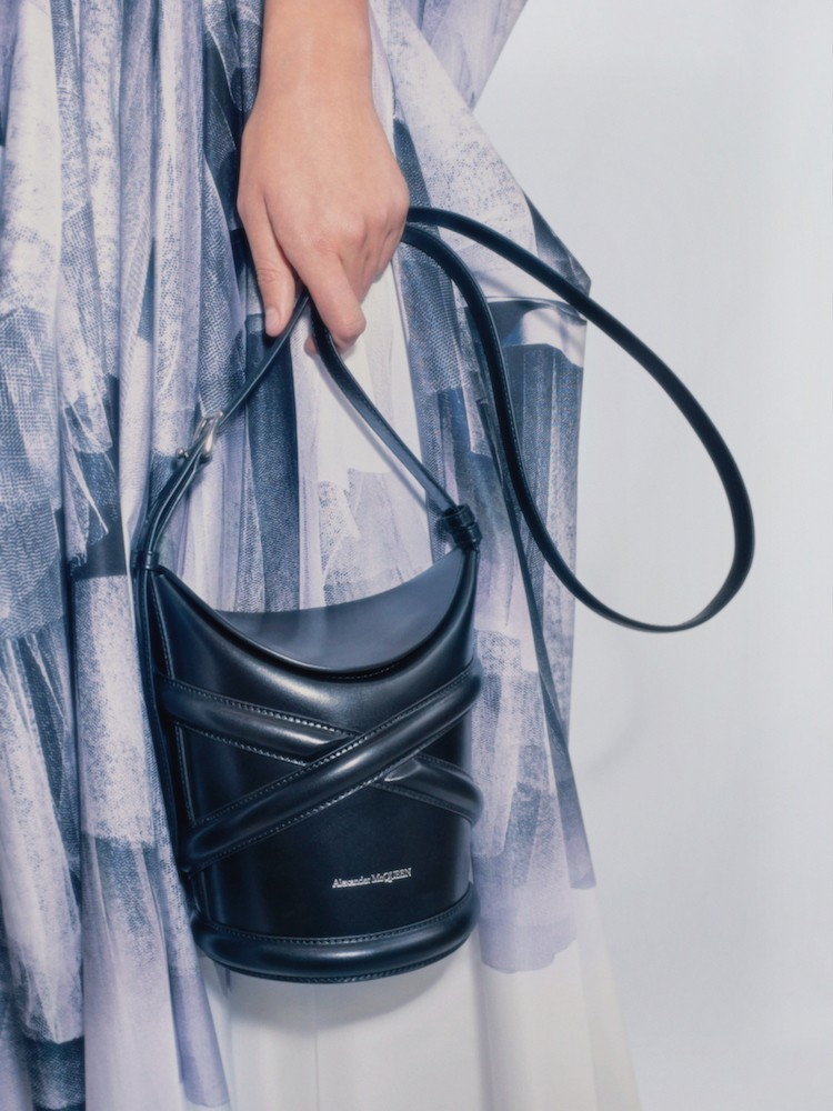 《海岸村恰恰恰》申敏兒這款Alexander McQueen「水桶包」被問翻!全智賢、趙露思到莫莉都狂愛!-6