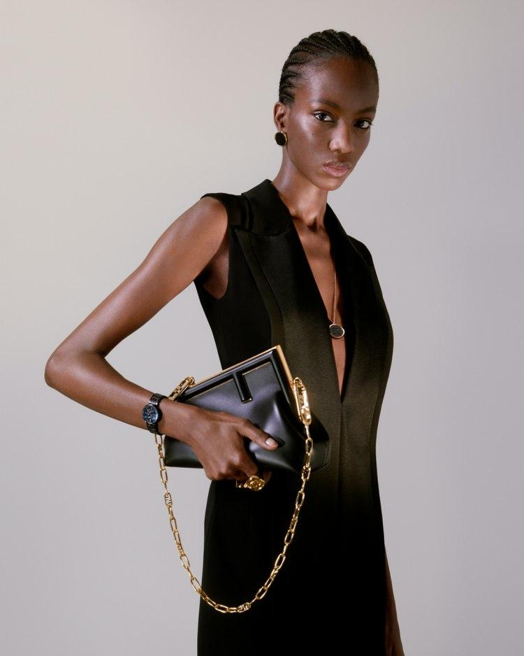 【10Why個為什麼】Fendi的新經典是它!「First」包款用顛倒的F logo攻佔女星衣櫃,這10個設計細節你怎能不知道?-5