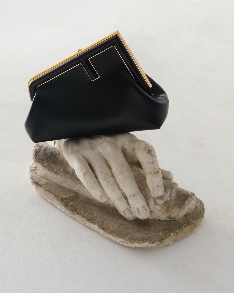 【10Why個為什麼】Fendi的新經典是它!「First」包款用顛倒的F logo攻佔女星衣櫃,這10個設計細節你怎能不知道?-2
