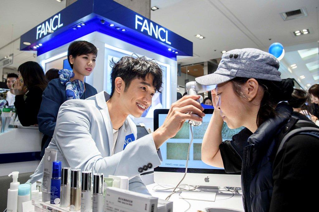 劉以豪擔任FANCL一日店長