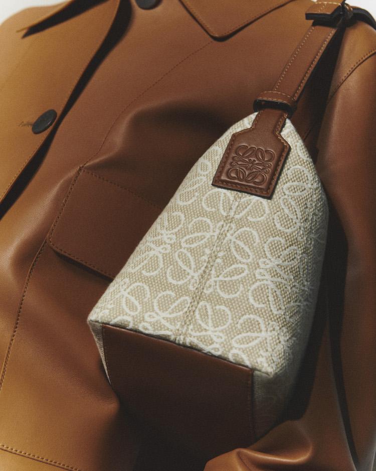 Loewe包包推薦「老花」!50週年推出緹花新系列,狂賣氣球包、吊床包全都換上新裝-0