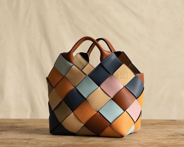 "Loewe包包推薦「Woven Basket」 !多色彩寬版編織包,蘊含環保概念,每一款""都只有一個""!-0"