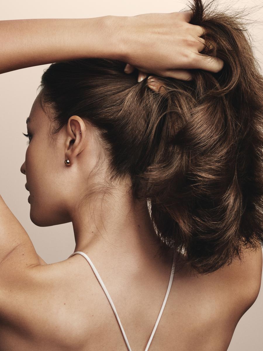自然捲怎麼整理?專業髮型師親授5招,首先換掉你的塑膠梳子-0