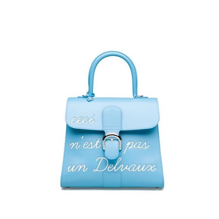 「寶寶藍」色繼續夯!Celine、Gucci到Loewe...10款「寶寶藍」包,讓妳年初拎到年尾!-6