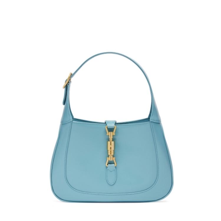 「寶寶藍」色繼續夯!Celine、Gucci到Loewe...10款「寶寶藍」包,讓妳年初拎到年尾!-3