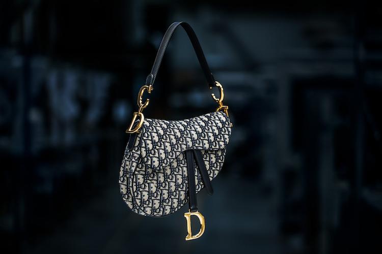 【10Why個為什麼】Dior馬鞍包、蒙田包都需要它!「Oblique老花」這10點讓男女都愛死!-4