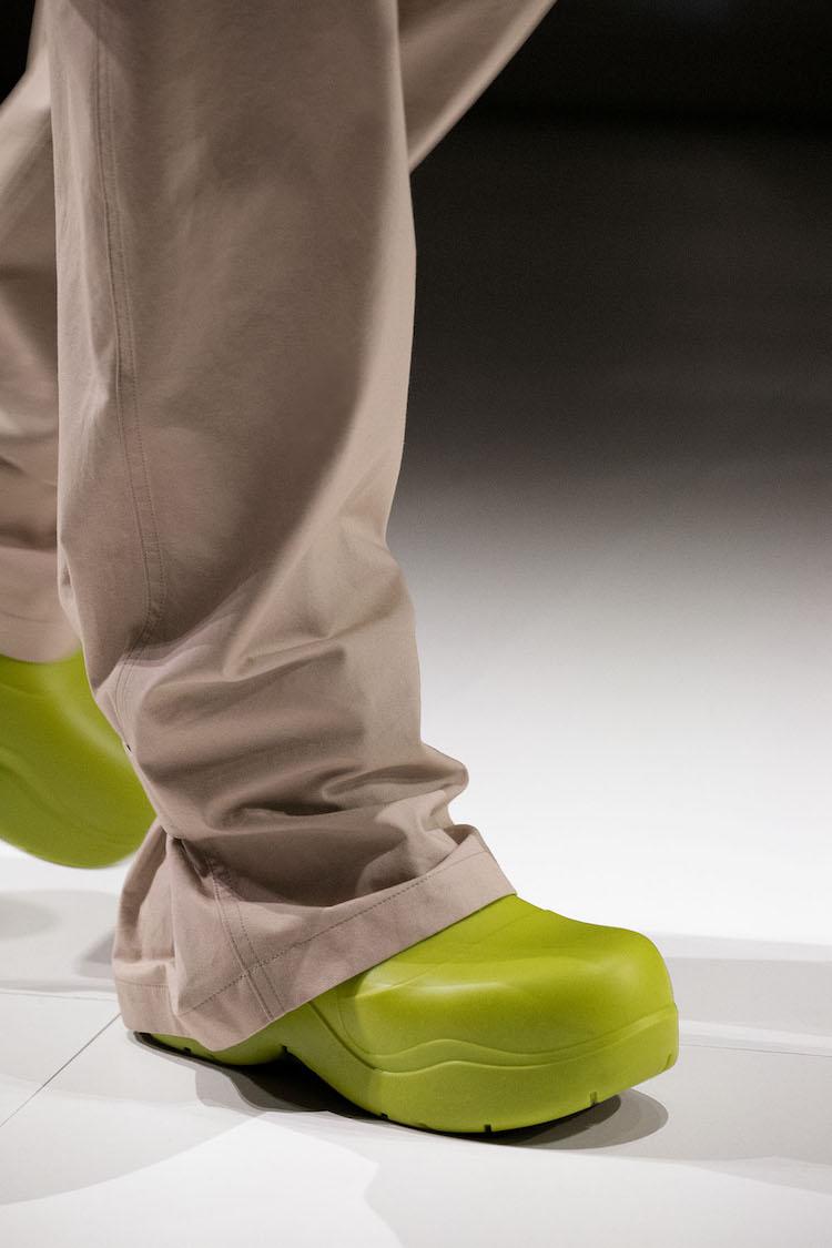 BV雲朵包、方頭鞋已不夠看!全新厚底雨鞋,酪梨、莓果色太可口-2