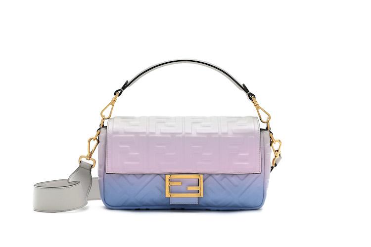 「寶寶藍」色繼續夯!Celine、Gucci到Loewe...10款「寶寶藍」包,讓妳年初拎到年尾!-5