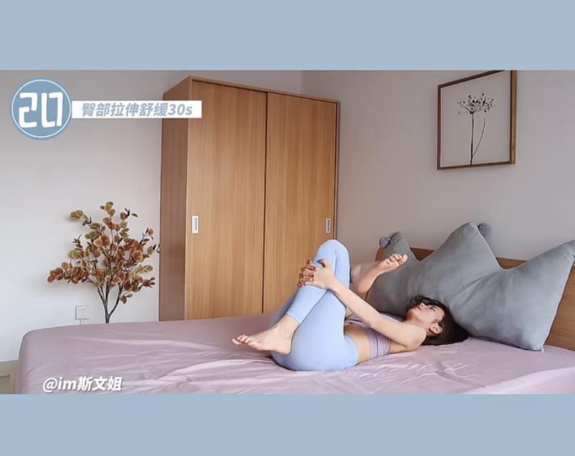 在家工作順便翹臀瘦身 !運動專家親授8招「床上提臀操」,睡前5分鐘勤練出蜜桃臀-6