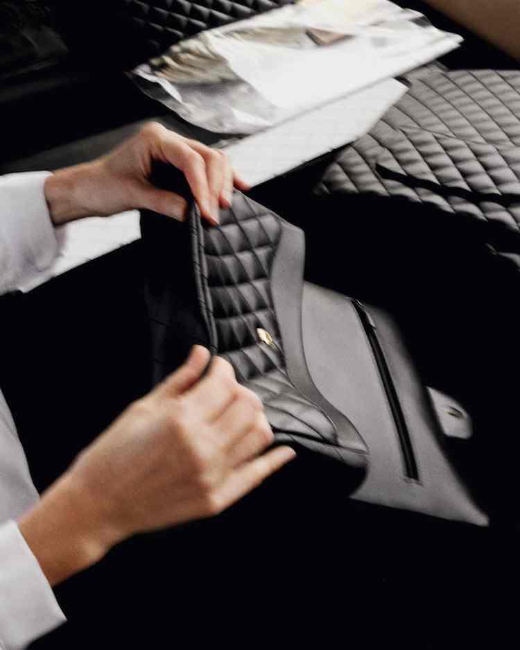 【10Why個為什麼】Chanel  「11.12」紅遍38年有道理!180道作工、口紅暗袋巧思,這10招讓女人都為它臣服-6