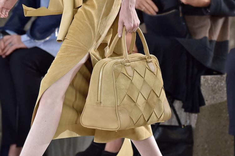 "Loewe包包推薦「Woven Basket」 !多色彩寬版編織包,蘊含環保概念,每一款""都只有一個""!-1"