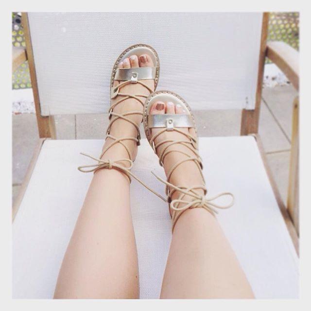 用金屬色指甲油襯托羅馬鞋正好