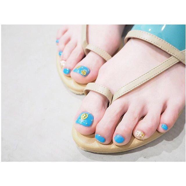夾腳涼鞋搭配活潑的夏日圖案最好