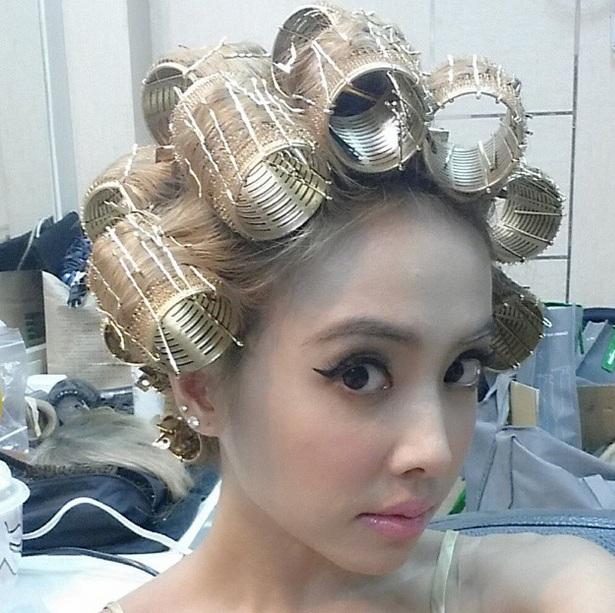 藝人蔡依林為專輯MV「我呸」戴上金色髮捲,大玩角色扮演。