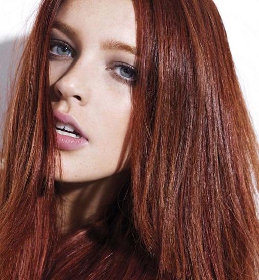 棕紅髮色凸顯光澤。