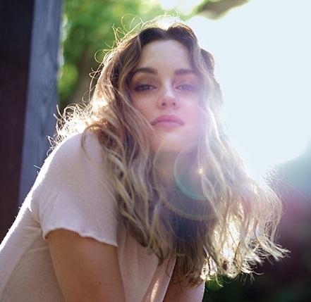 陽光下柔順秀髮盡顯女人味。