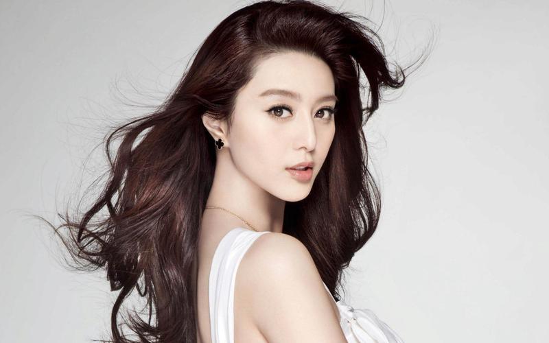 女星范冰冰擁有高人氣,一身美背吸引眾人目光。