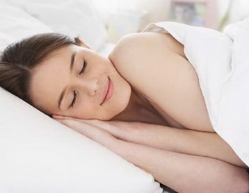 擁有充足的睡眠是消除身體痘痘的好辦法之一。