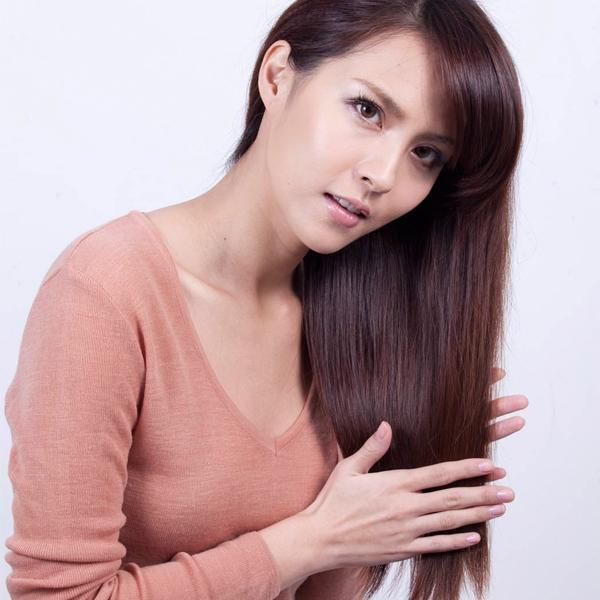 由上往下順著毛鱗片在髮尾塗抹免沖洗精華,不可以左右搓揉,否則頭髮會毛躁。