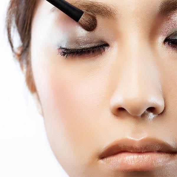 眼影 帶有珠光效果可增加眼妝層次