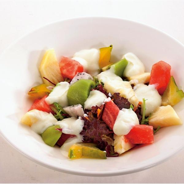 別再以精緻的零食當下午茶了,來分舒爽的水果健康又窈窕! (溫德德式烘焙餐館新菜色:女士首選沙拉,285元。)