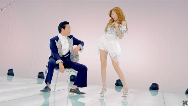 泫雅在《江南style》中大秀性感美腿。