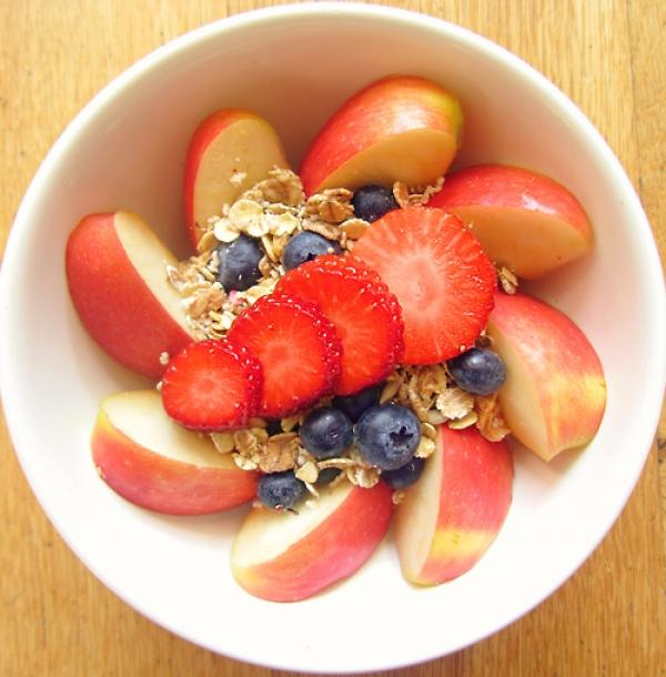瑜珈後可吃些清淡的水果、沙拉、堅果等,不建議吃太油的食物。