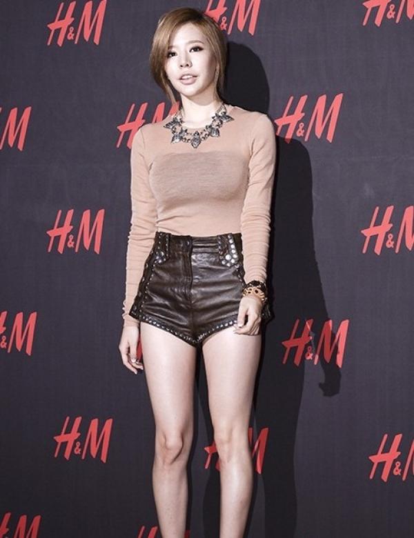 少女時代Sunny參加服裝發表會,要駕馭高腰褲的其中一個關鍵,就在於腿部不能有嚇人的橘皮。