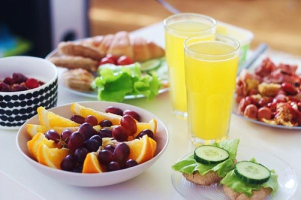 盡量選擇雜糧、糙米等 優質碳水化合物,蔬果 一天至少攝取到三種顏 色,有了均衡飲食才能 為瘦身打下良好基礎。圖片來源:favim.com