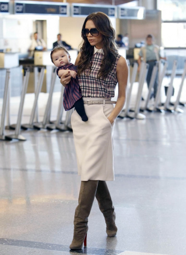 Victoria Beckham 維多利亞貝克漢,帶小女兒出門時,都像是走上伸展台的模特兒手上一邊抱著個洋娃娃走秀。