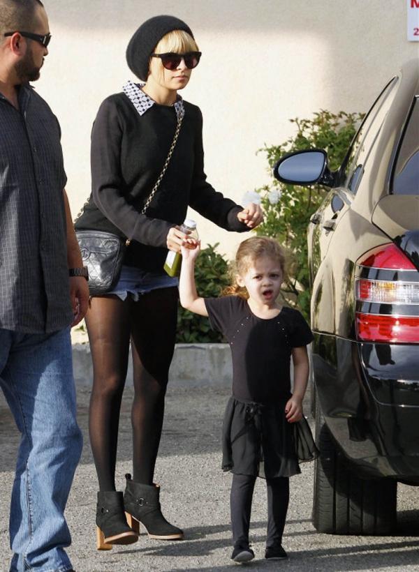 Nicole Richie 妮可李奇生過兩個孩子後,身材也未見走樣,身高不到160嬌小的她非常懂得運用穿著搭配讓修飾身形。