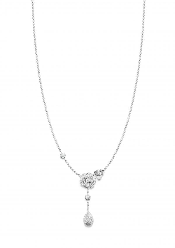 除了單朵玫瑰的墜鍊,也有垂墜感的設計,佩戴時能夠修飾拉長頸部的線條。